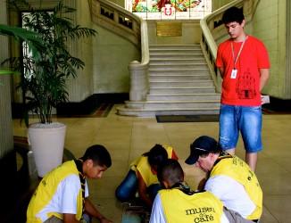 Participantes descobrem as pistas da Gincana Educativa