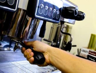Manuseio da máquina de café espresso