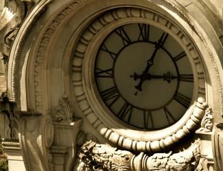 Detalhe de um dos relógios da torre. Crédito: Tadeu Nascimento