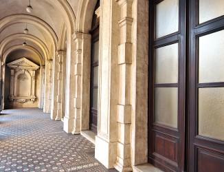 Corredor lateral do primeiro piso. Crédito: Gino Pasquato
