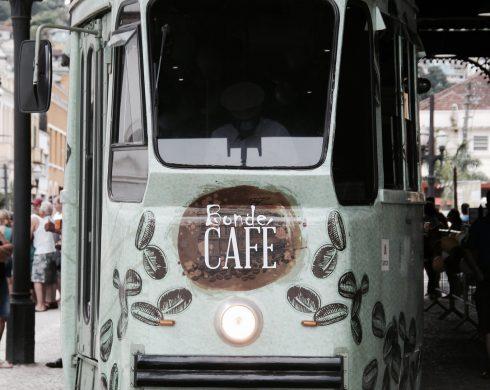 No bonde, o visitante recebe um cafezinho grátis